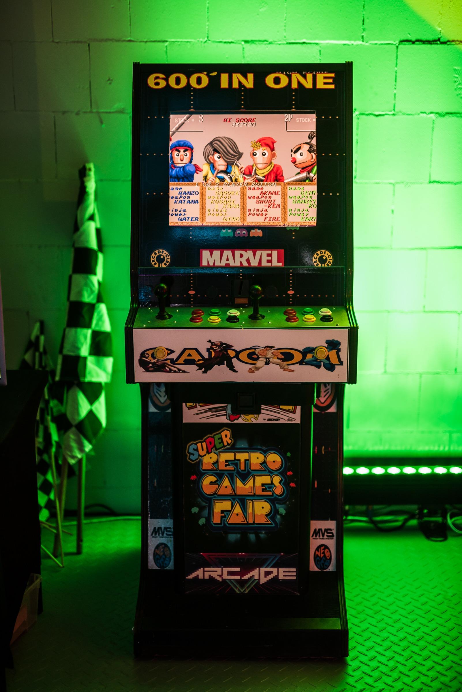 Automat arcade retro na wynajem - scenografia filmowa i dekoracje Warszawa