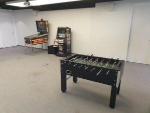 Piłkarzyki stołowe, automat arcade, pinball - atrakcje retro na wynajem